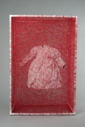 Chiharu Shiota  Zustand des Seins (Kinderkleid)